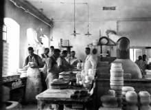 """nazwa: Polskie Fabryki Porcelany """"Ćmielów"""" i """"Chodzież"""" S.A. działa od: 1790 r. produkuje: najwyższej jakości porcelanę W ĆMIELOWIE NACZYNIA PRODUKUJE SIĘ OD 225 LAT - ale historia to nie jedyna mocna strona marki. W ostatnich latach otwarto Ćmielów Design Studio, które łączy tradycję z nowoczesnym designem."""