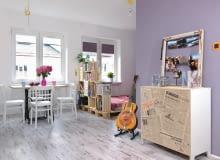 kawalerka, małe wnętrze, salon, meble ze skrzynek