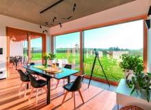 Duże okna i drzwi tarasowe to coraz bardziej powszechny trend. Projektując dom, warto rozważyć ich zastosowanie, a z pewnością zyska on nowoczesny charakter