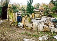 Nasyp ziemny kryjący piwniczkę. Dzięki starannemu wykończeniu kawałkami skał i roślinami stanowi również ciekawy element ogrodu