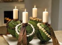 Ozdoby adwentowe. Adwentowe świece osadzono na kulach z żywotnika ustawionych na drewnianych krążkach; każdą z nich inaczej ozdobiono. Aranżacja: Smither-Oasis
