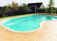 Basen ogrodowy. Zanim wybierze się rodzaj niecki, należy zbadać poziom wód gruntowych i zdecydować, czy kąpielisko ma być zamontowane na stałe czy tymczasowe. Koszt basenu wkopanego jest o około 20% wyższy niż koszt porównywalnego basenu stawianego na gruncie.