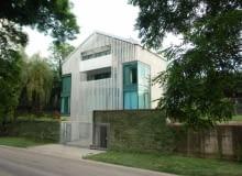 Lodowy dom to dzieło krakowskiej pracowni nsMoonStudio. W obiekcie zastosowano podwójną elewację składającą się z wertykalnie osadzonych marmurowych żyletek
