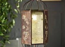 """Lampa solarna """"Saba"""" z diodami LED. W komplecie metalowy szpikulec do wbicia w ziemię i metalowy łańcuszek do zawieszenia. Cena 49,99 zł"""