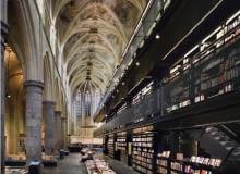 Księgarnia Selexyz Dominicanen. Architektoniczne sacrum czy profanum? Zamiast konfesjonałów półki z książkami. W takim kościele nikt nie będzie się nudził. Trzynastowieczna gotycka budowla z Maastricht zamieniona została w niezwykłą księgarnię. Metamorfozy dokonało holenderskie biuro Merkx + Girod. Zanim uczyniono z niszczejącego kościoła świątynię konsumpcji dokonano jego renowacji (Satijnplus Architecten), pamiętając by nowoczesny design wnętrza nie przysłaniał historii miejsca.