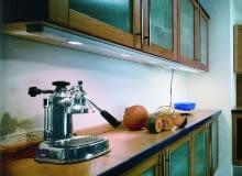 Oświetlenie szafkowe w kuchni powinno dobrze doświetlać blat - najczęściej do tego celu wykorzystuje się żarówki halogenowe lub diodowe