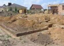 Wykop pod fundament. Ziemię z roślinami należy zwałować poza obszarem budowy