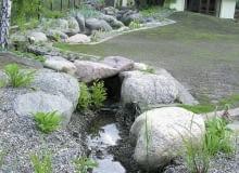 Strumień. Staranne wykończenie brzegów - głazami, żwirem, faszyną - uczyniło ten ciek wodny istotną ozdobą ogrodu.