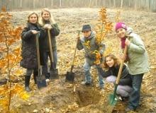 Uczniowie i nauczyciele ze Szkoły Podstawowej nr 307 w Warszawie sadzą drzewa
