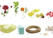 Materiały: 1. chryzantemy gałązkowe; 2. aksamitki (Tagetes); 3. liście klonu (Acer); 4. owoce kasztanowca (Aesculus); 5. rajskie jabłuszka; 6. szklana misa; 7. gąbka florystyczna; 8. słomiany wianek; 9. wykałaczki; 10. piasek