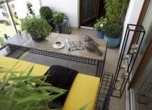 Mały balkon - widok ogólny. Meble balkonowe, bambusy na balkonie