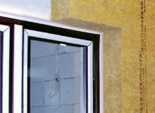 Styk okna montowanego przy zewnętrznej krawędzi muru powinno się całkowicie osłonić izolacją termiczną ściany