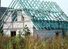 """Ściany nośne poddasza są obciążone drewnianą konstrukcją więźby dachowej. Obciążenia """"spływające"""" z niej powinny przejąć poniżej usytuowane ściany nośne - dla poddasza są to ściany kolankowe i częściowo ściany szczytowe."""