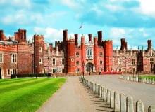 Surowa zachodnia strona pałacu budzi skojarzenia z panowaniem Henryka VIII