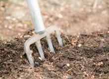 Krok po kroku: przygotowanie gleby pod warzywa. Krok 2. Poprawa struktury. Gdy gleba jest zbyt ciężka, rozluźniamy ją, mieszając zpiaskiem, odkwaszonym torfem lub kompostem. Piaszczysta wymaga dodatku kompostu. Przekopujemy wysiane wcześniej (np. wsierpniu) rośliny na nawóz zielony. To sprawi, że gleba będzie bogatsza wpróchnicę iprzepuszczalna.