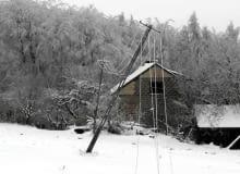 11.01.2009 HUTA NOWA . ENERGETYCY NAPRAWIAJA USZKODZANA NA SKUTEK OBLODZENIA SIEC ENERGETYCZNA .