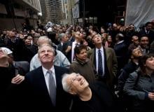 ..Tłumy na Manhattanie oglądają rosnący wieżowiec Beekman Tower, na pierwszym planie projektant, Frank Gehry
