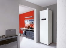 Jednofunkcyjny kocioł kondensacyjny z zasobnikiem może mieć wszystkie elementy niezbędne do pracy w instalacji grzewczej zasłonięte estetyczną obudową