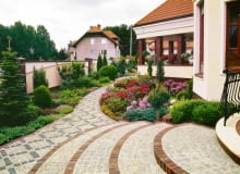 Przykład połączenia materiałów okładzinowych: krawędzie wykończone cegłą klinkierową, stopnice - szorstką, a więc bezpieczną - kostką kamienną, jak na alejkach w ogrodzie.