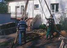 Ustawianie trójnogu do wiercenia nowej studni. Jej usytuowanie było kompromisem między wyborem właścicieli a wskazaniami doświadczonych studniarzy.