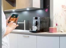 Zanim wstaniesz, będzie gotowa. EKSPRES DO KAWY CAFEROMATICA 768 możesz włączyć zdalnie przy użyciu smartfona, nie ruszając się złóżka. Zaparzy twój ulubiony napój według przepisu, który zapisałeś wpamięci ekspresu około 3199?zł Nivona