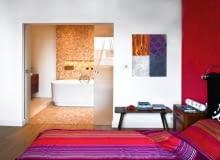 Pomieszczenia są przedzielone dwuczęściowymi drzwiami z mlecznego szkła, przesuwającymi się po szynie schowanej w szczelinie nad wejściem; otwierając, wsuwają się w ścianę.