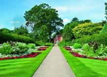 Rabaty z begoniami i kannami nawiązują do angielskich ogrodów wiejskich.