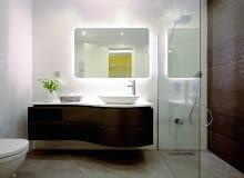 Przedmioty podświetlone kolorowym światłem LED wyglądają bardzo dekoracyjnie. W sprzedaży są lustra z wbudowanymi diodami (cena od 50 zł), można te kupić taśmy LED (od 20 zł) i oświetlić nimi dowolną część łazienki