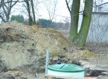 Kolejnym etapem prac było wykonanie podstawy pod oczyszczalnię (beton ze stalowym zbrojeniem). Po wyschnięciu fundamentu można było na nim ustawić plastikowy reaktor