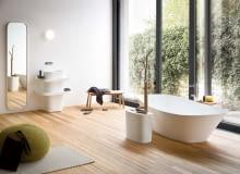 Pokój z wanną. Drewniana podłoga jest jednym z najbardziej popularnych oraz sprawdzonych sposobów, by ze zwykłej łazienki zrobić modny salon kąpielowy. www.rexadesign.it