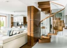 Eleganckie schody gotowe. Drewno