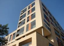 Kolejny apartamentowiec położony jest również w ścisłym centrum, nieopodal Placu Grzybowskiego i historycznej ulicy Próżnej.