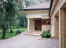 Wejście do domu wyznaczone głębokim zadaszeniem