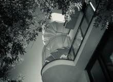 Spiralne schody prowadzące na taras na dachu.