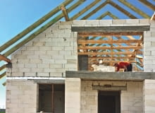 Wykonanie więźby dachowej zwykle przypada na okres wakacji. To najlepszy moment na krycie dachu