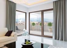 Barwa drewnianych ram okiennych harmonijnie wpisuje się w nowoczesną aranżację wnętrza