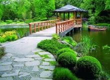 Nad stawem lub oczkiem wodnym dobrze prezentują się pomosty, mostki lub wodne altany