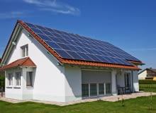 Budując dom, warto pomyśleć o takim systemie, który będzie wspomagał ogrzewanie domu i wody przy wykorzystaniu odnawialnych źródeł energii.