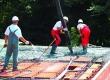 Zalewanie betonem stropu z pustaków ceramicznych