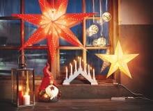 Papierowe gwiazdy z oprawkami E14: duża (o śr. 75 cm) ok. 50 zł, mniejsza (o śr. 35 cm) ok. 30 zł, świecznik ok. 25 zł, lampion ze stali i szkła (wys. 40 cm) ok. 70 zł, szklana bombka LED ok. 30 zł, Jula.