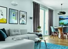 Rozłożystą, modułową sofę wykończoną zmywalną, wytrzymałą tkaniną zaprojektowała Joanna Kiryłowicz. Na podłodze w całym mieszkaniu olejowany dąb w naturalnym odcieniu. Z tego samego drewna wykonano większość mebli.