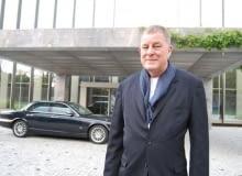Tony Fretton pozuje na tle Ambasady Brytyjskiej w Warszawie