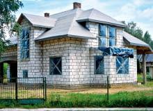 Nie wystarczy zabezpieczyć dom w budowie przed opadami - warto też go ubezpieczyć