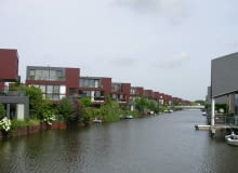 Apartamenty nad wodą nie muszą powstawać tylko w centrum miasta. Na zdjęciu nowa dzielnica mieszkaniowa w holenderskim Almere, fot. citypolska.com