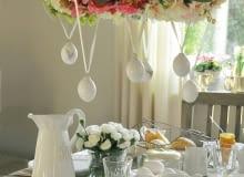 Wielkanocny wieniec można zawiesić nad stołem. Tak będzie wyglądać niebanalnie.