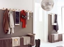 Wąskie, wysokie wnętrze można optycznie obniżyć, malując górną część ściany na jasny kolor - taki sam jak sufit. To zdecydowanie poprawi proporcje pomieszczenia.