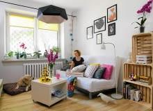 W naszym małym mieszkaniu pokój dzienny służy też jako sypialnia - dla dwojga dwunogów i jednego czworonoga. Lubię styl ekologiczny, stąd pomysł na regał ze skrzynek po owocach.