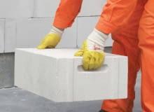 Beton komórkowy dostępny jest głównie w postaci bloczków mających zamki umożliwiające łączenie na pióro i wpust oraz uchwyty ułatwiające przenoszenie