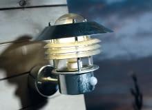 latarnia ścienna z czujnikiem zmierzchu i czujnikiem ruchu (zasięg 8 m), ok. 180 zł, Jula