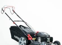 WYPRZEDAŻ!: Kosiarka spalinowa NAC, S530VHY X, NOWA CENA: 1 399zł, stara cena: 1 599zł (OSZCZĘDZASZ 200zł!), waga: 43,2kg, typ silnika: spalinowy, rodzaj korpusu: stal, szerokość robocza: 53cm, pojemność kosza: 75l, napęd: tak, pojemność silnika: 200cm3, model silnika: T675 OHV, gwarancja: 2 lata. Do kupienia w sklepach PRAKTIKER.